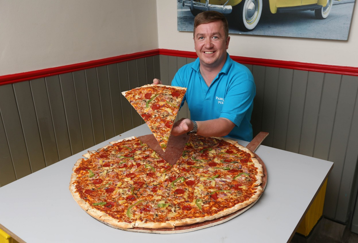 Anthony Kelly, da Pinheads Pizza in Dublin, with what he claims is Irelands largest pizza, all 32inches of it! 14/07/2015 PLEASE CREDIT: Photograph: ©Fran Vealenn nn